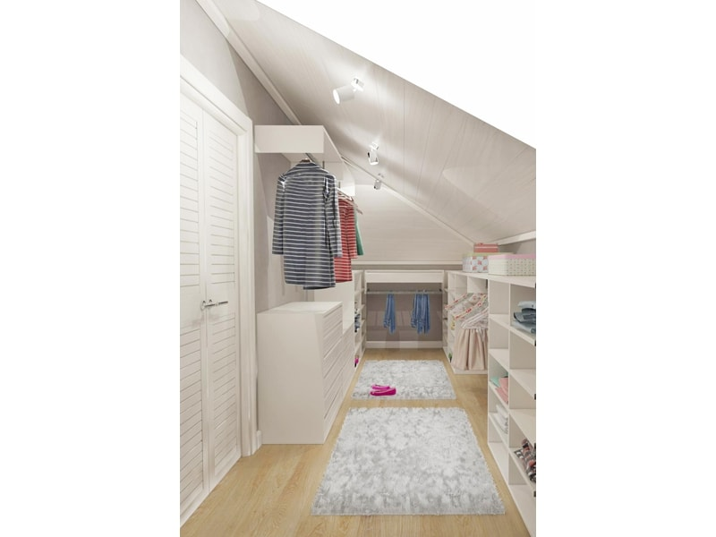 Светлая гардеробная со скошенной крышей
