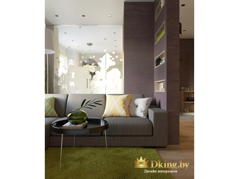серый диван, ковер-травка в гостиной. перегородка с декоративными нишами. Цвета природные: салатовый травяной, серо-бежевый, цвет дерева