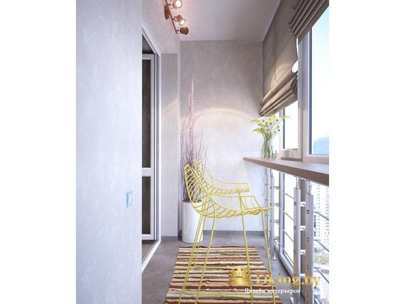 балкон с дополнительным освещением. Остекление в пол. на полу плитка керамогранит, акцент на желтые стулья и полосатый коврик
