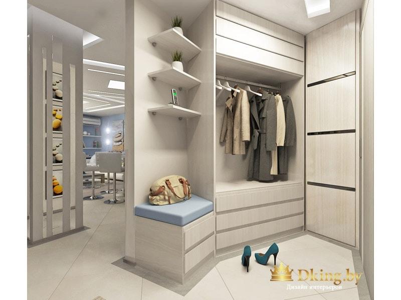 прихожая: шкаф с открытой штангой для хранения уличной одежды, стационарный встроенный пуф, дополнительные полки. на полу белая матовая плитка квадратного формата.