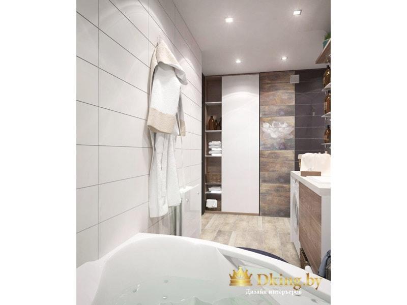 стена около ванны выложена белой прямоугольной плиткой. остальные стены серые и коричневые под мрамор. пол под дерево.