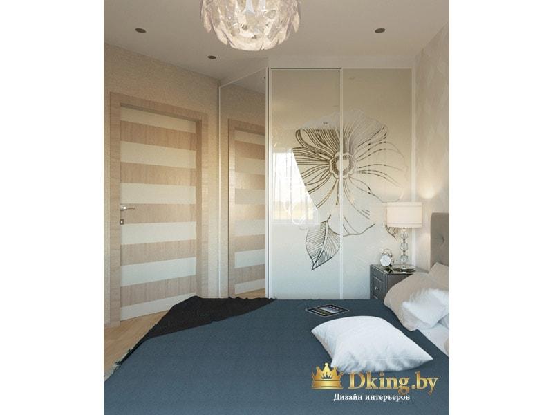 спальня: угловой шкаф: одна из дверей зеркальная, две другие выполнены из лакобеля и урашены ненавзчивым рисунком цветка. цвет шкафа молочный
