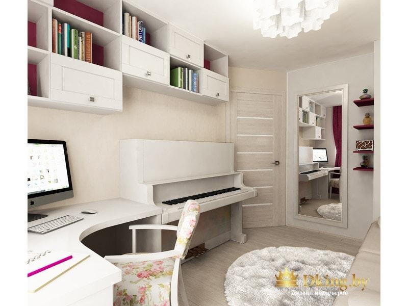 детская для девочки: белое пианино, светлая двери, бежевые и белые стены, угловой белый компьютерный стол и много полок открытых и закрытых для хранения книг. зеркало во весь рост в широкой белой раме