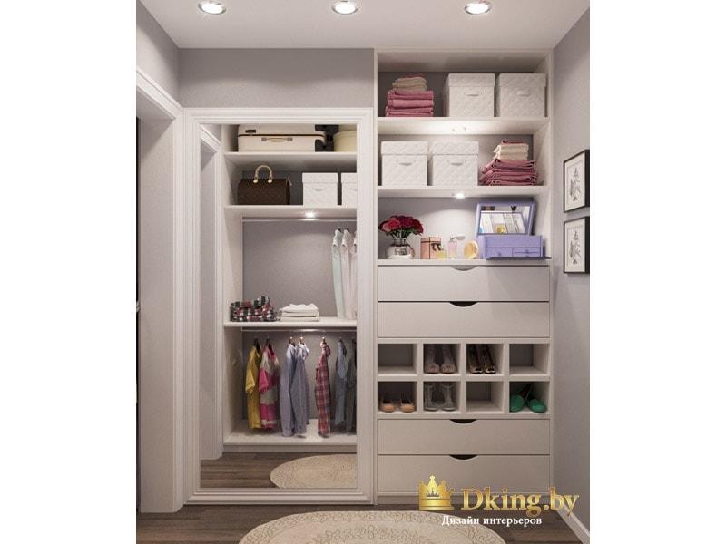 вместительная гардеробная с выдвижными ящиками и отдельными полками для туфель