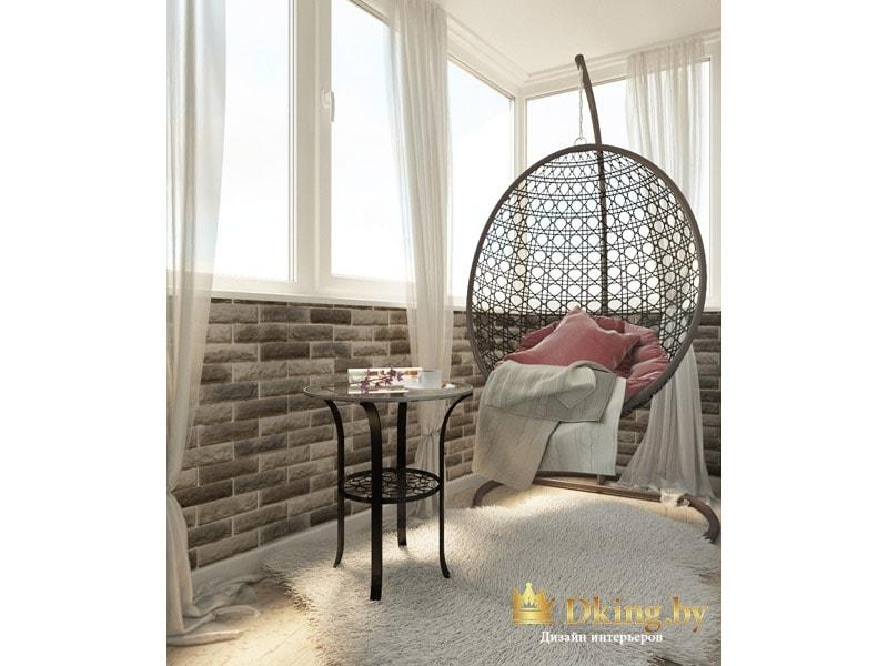 балкон с подвесным круглым плетеным креслом, стеклянный журнальный столик, отделка стен декоративным кирпичом. Пол светлый, плинтус широкий белый