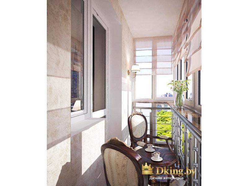 угловой балкон оформлен как зона отдыха со стульями и кофейным столиком