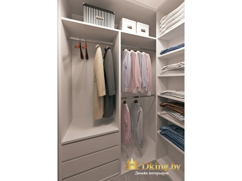 гардеробная с большим количеством штанг и полок