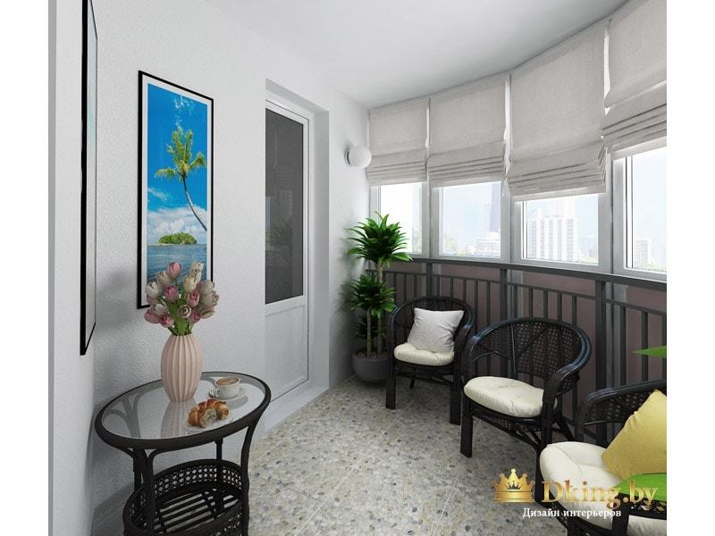 большой полукруглый балкон: на полу плитка, на окнах римские светлые шторы. мебель темная с мягкими светлыми подушками