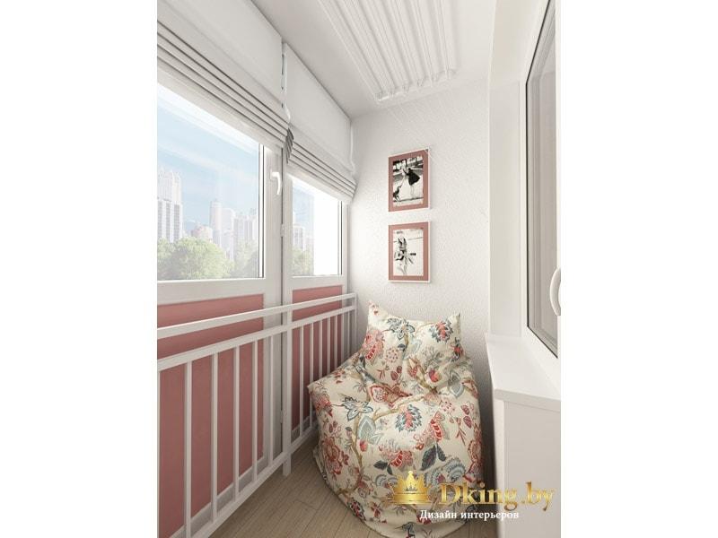 второй балкон: пресло с цветочным принтом, белые стены в сочетании с розовым дымчатым цветом.