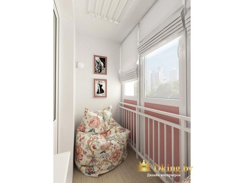 белые римские шторы на балконе, белые стены, пол под дерево, большой кресло с цветочным рисунком