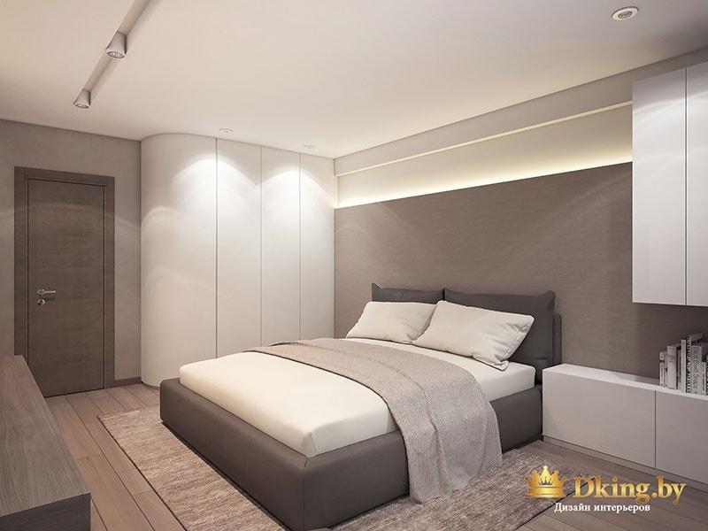 Постель в спальне сделана в белом и теплых цветах