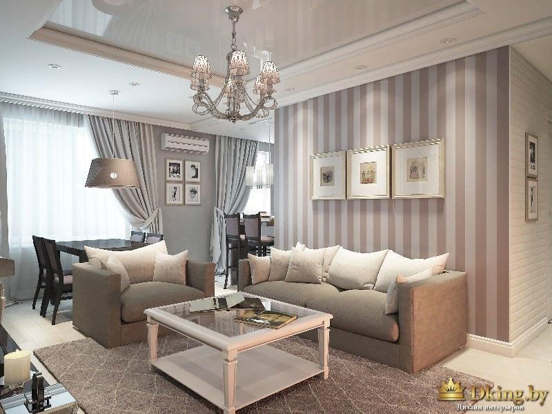 Теплые тона, полосатые обои и классическая люстра придают комнате неповторимый шарм