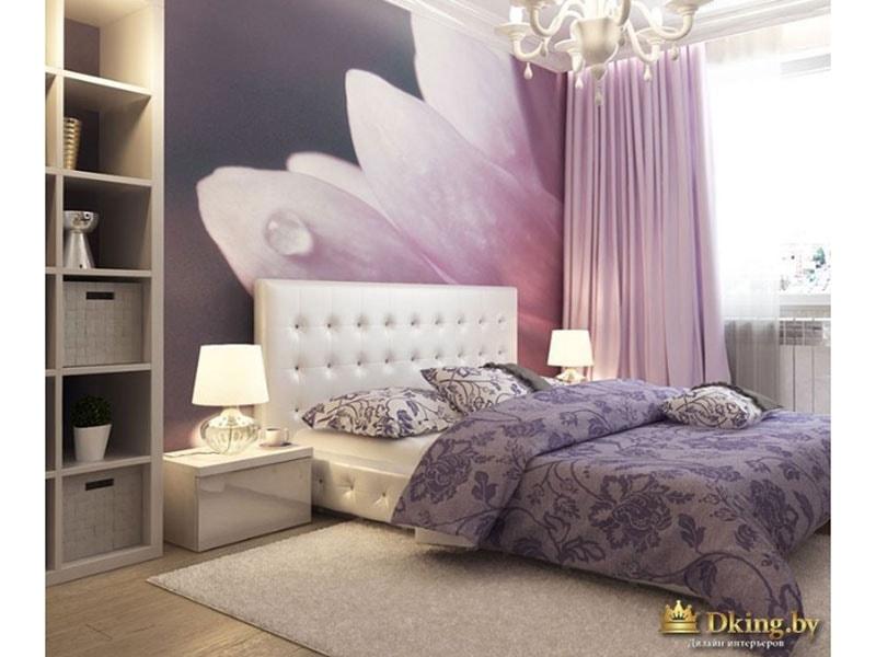 Фото кровати. За ней - фотообои. Цветочное покрывало и подушки дополняют интерьер