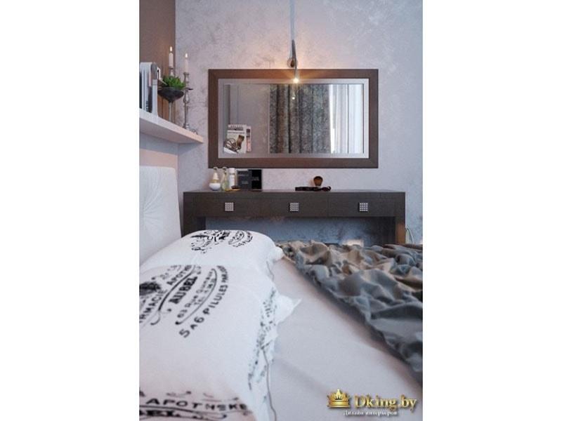 Интерьер спальни: большое зеркало, мягкий свет, светлые обои