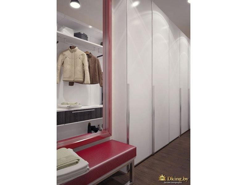 зеркало в крассной раме и красная банкетка в гардеробе