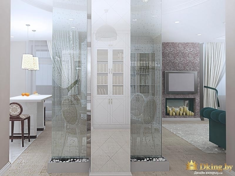 гостиная: прозрачные перегородки, камин со свечами, бирюзовый диван, классическая мебель, зеркальная колонна