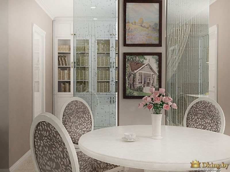 белый круглый классический стол, классические стулья с круглыми спинками, книжый шкаф
