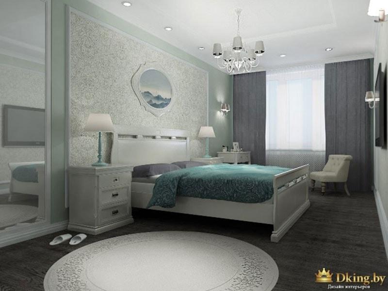 серые шторы в скрытом карнизе, темный пол и белый плинтус, зеркальный шкаф, обои в молдингах как декор, беля кровать из массива