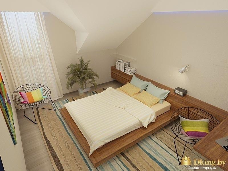 спальня на втором этаже: кровать на подиуме, плетеные дизайнерские кресла, вместо прикроватных тумбочек деревянная панель-консоль во всю стену