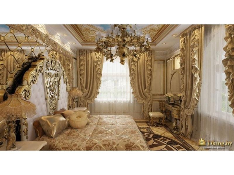спальня в дворцовом стиле: много драпировок, расписной потолок, люстра в стиле ампир. Изголовье кровати украшено резьбой и зеркалом.