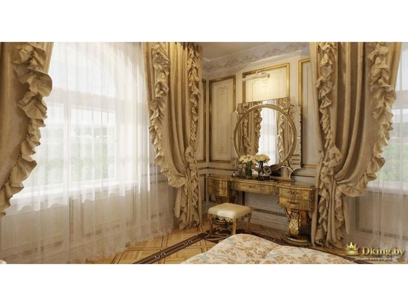 туалетный столик в дворцовом стиле: круглое зеркало, молдинги, позолота и окна, задрапированные бежевыми шторами с подхватами и рюшами
