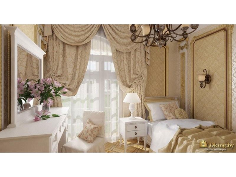 туалетный столик с белым зеркалом в раме, кровать с текстилем цвета золота, многослойные шторы с ламбрикенами и подхватами. на стенах молдинги