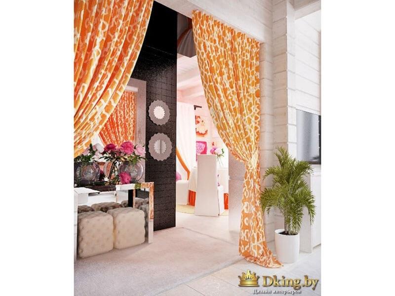 оранжевые шторы на фоне белых деревянных стен и пола, и акцентной стены цвета темный шоколад