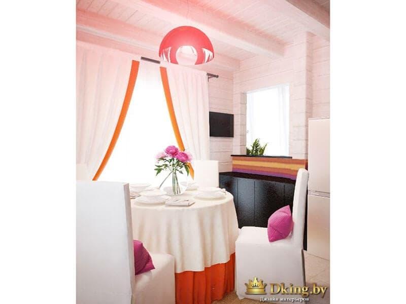 белая кухня в деревянном доме, акценты оранжевого цвета: низ скатерти, оторочка на шторах, светильник. стулья накрыты белыми чехлами, курглый стол - белой скатертью
