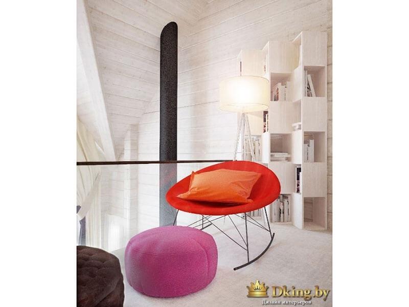 деревянный дом с белыми стенами. стеллаж для книг и мелочей, яркие кресла и пуфы как акценты оранжевого, шоколадного цветов и модного цвета фуксии