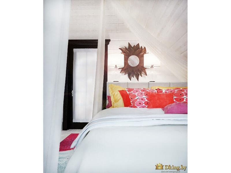 большая белая кровать на фоне белых стен. желтые, оранжевые, розовые подушки на фоне белого покрывала