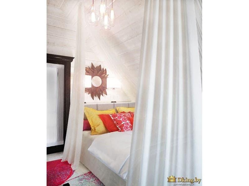 белые шторы закрывают двухспальную белую кровать