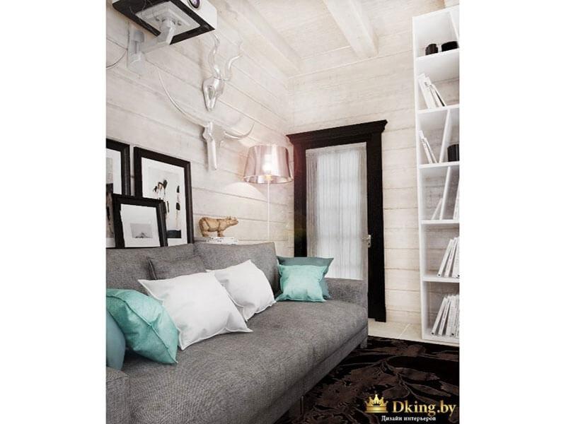 жилая комната с серым диваном. белые стены, рамки на фото, дверь, ковер на полу темно-шоколадного цвета. акценты серо-бирюзового цвета.