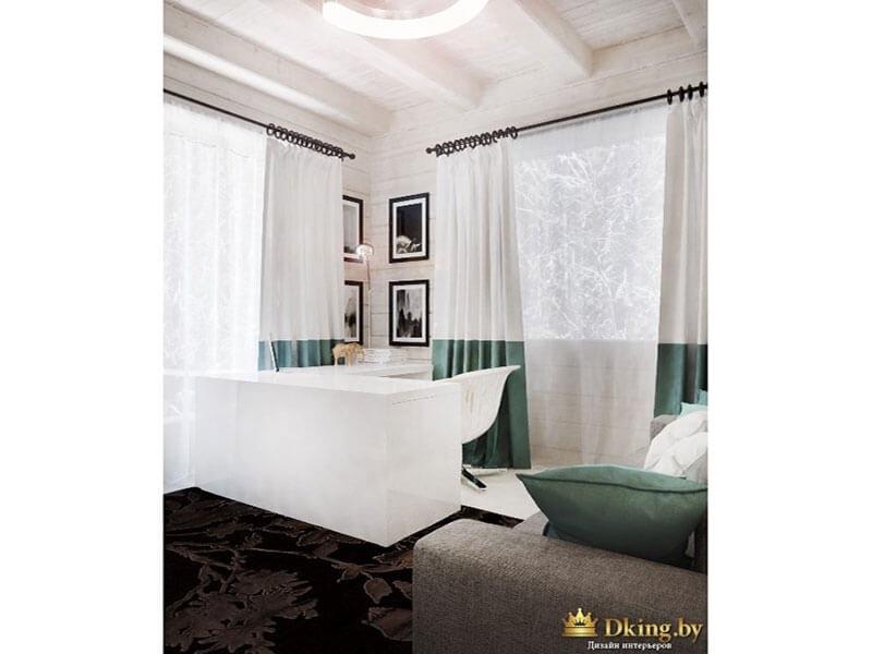 потолок с деревянными белыми балками, два окна декорированы шторами из двухцветной ткани: белый верх, бирюзовый низ. на белой деревянной стене фотографии в рамках цвета венге