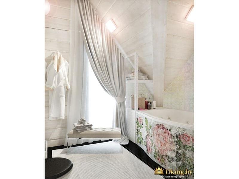 просторная ванная. ванна с необычным экраном в изображением роз. стены, полки - белые. на окне текстиль - рольштора и штора в пол с подхватом