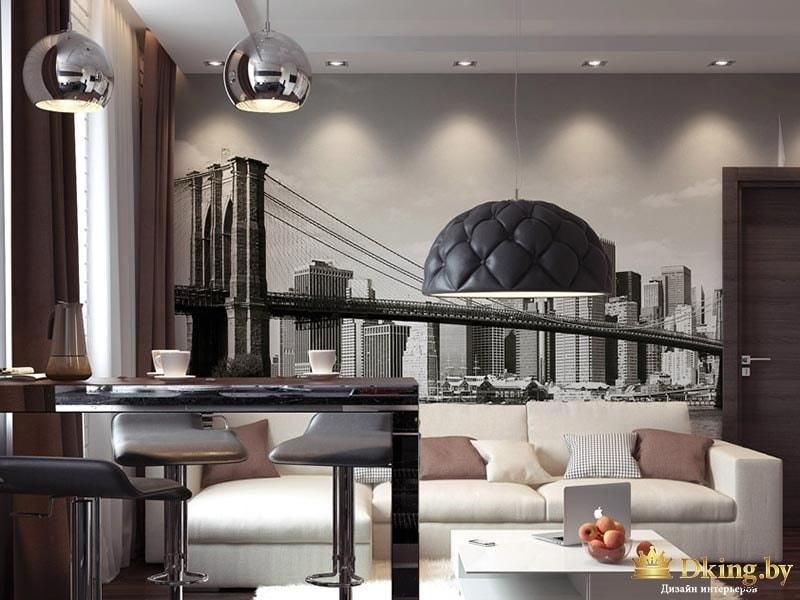 гостиная: фотообои с видом мегаполиса, дизайнерский светильник над журнальным столом, белый угловой диван, два стальных светильника надчерной глянцевой барной стойковй. сочетание бежевого, темно-коричневого и бежевого цветов