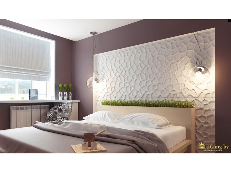 изголовье кровати декорировано искусственной зеленой травой, за изголоьвем - рельефная белая стена. остальные стены окрашены в дымчатый сиренево-серый цвет. мебель бежевая