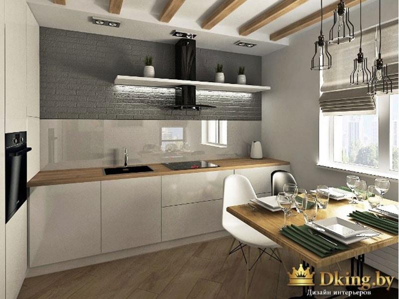 белая глянцевая кухня без ручек и без верхних шкафов. вытяжка черная открытая дополнена белой полкой с декором. на потолке балки. мойка и варочная панель черные. духовка вынесена на другую стену