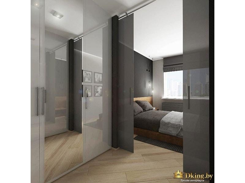 спальня: раздвижные серые стекляные двери, пол под дерево, деревянная кровать с серым текстилем