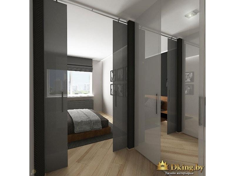 раздвижные стекляные двери серого стекла, кровать деревянна, пол под дерево. стены светлые, текстиль серый