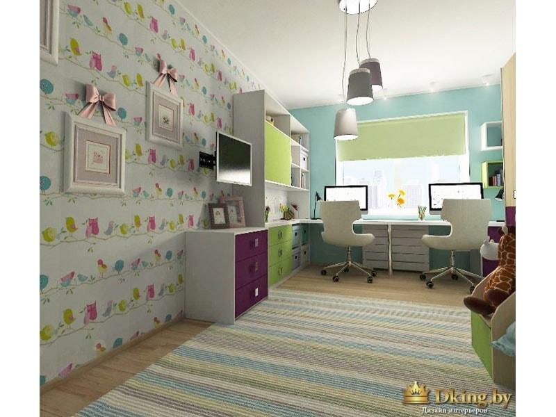 акцентная стена оклеена обоями с разноцветными птичками. ковер полосатый, пол под дерево. потолок белый. на окне салатовая рольштора. рабочий стол вдоль окна. два рабочих места