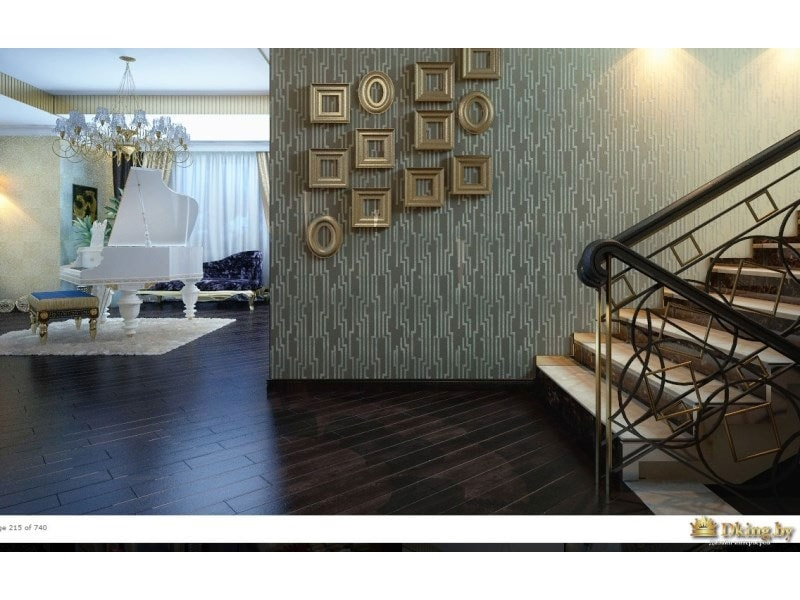 вид на белый рояль в гостиной и летсницу, ведущую на второй этаж. стена украшена фотографиями в рамках в стиле арт-деко