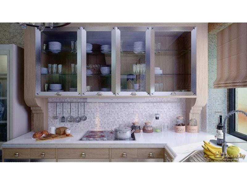 кухонный гарнитур: стекляные шкафчики-витрины, столешница из искусственного камня, встроенная варочная панель, рейлинг во всю стеу. на окне римская штора