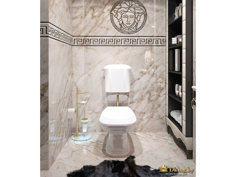 наполный унитаз в ретро-стиле. плитка под мрамор, с серым мраморным рисунком на белом фоне. на стене панно из плитки в древнегреческом стиле