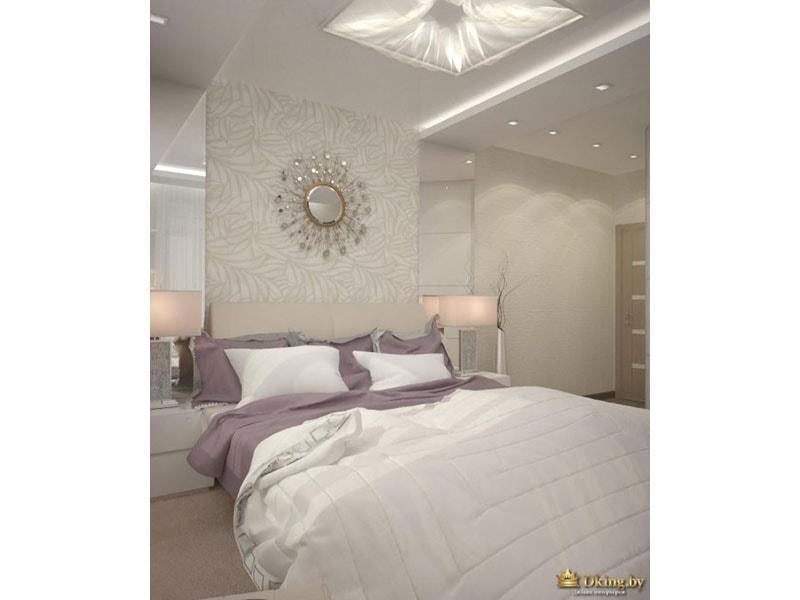 белый потолок с большим квадратным встроенным светильником и точечными спотами. белое и сиреневое покрывала, круглое зеркало в раме в виде солнца
