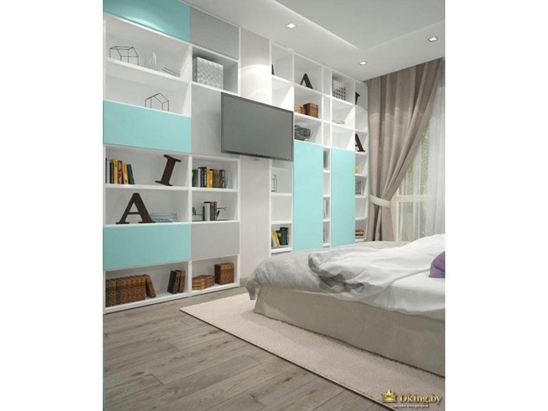 серый деревянный пол, система хранения с открытыми белыми и закрытыми голубыми полками. текстиль серый, потолок белый