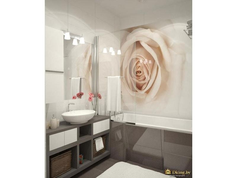 второй санузел. белая плитка в сочетании с серой мебелью и серой плиткой. за ванной акцентная стена с панно из плитки Чайная роза. вместо шторки - стеклянная панель.