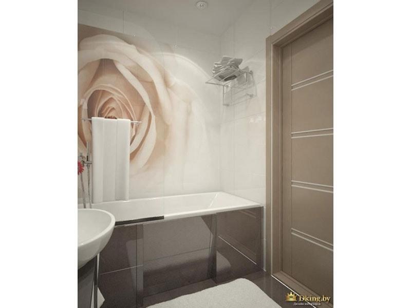 панно из плитки чайная роза как акцентная стена за ванной. экран ванны выложен крупноформатной серой плиткой. пол также серый