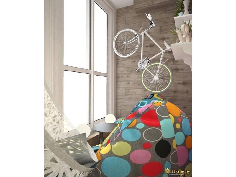 балкон: деревянная панель как декор стены, цветное кресло-мешок