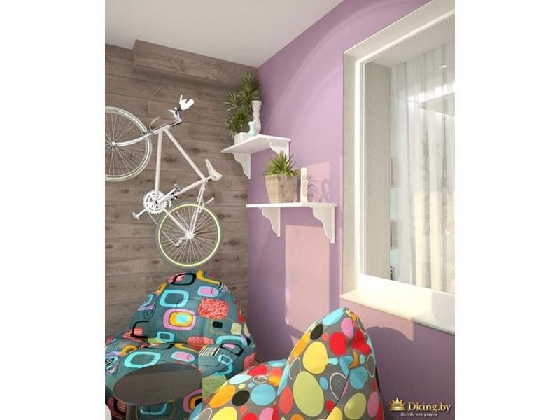 розовая стена на балконе, два ярких кресла-мешка