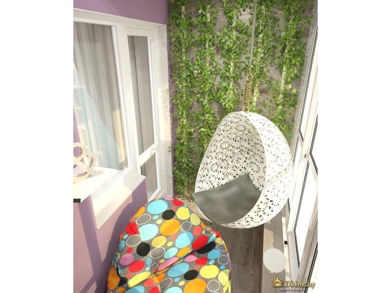 розово-сиреневая стена на балконе, вторая стена декорирована искусственными зелеными лианами, белое подвесное кресло, разноцветное кресло-мешок